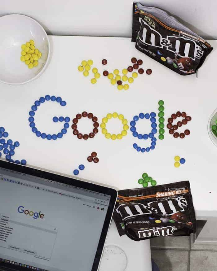 ordinateur-google-ecrit-en-bonbon